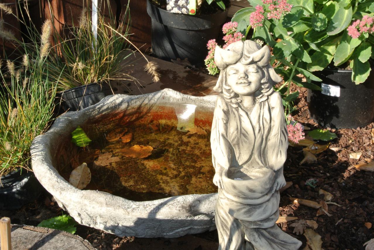 Steinfigur mit Wassertränke